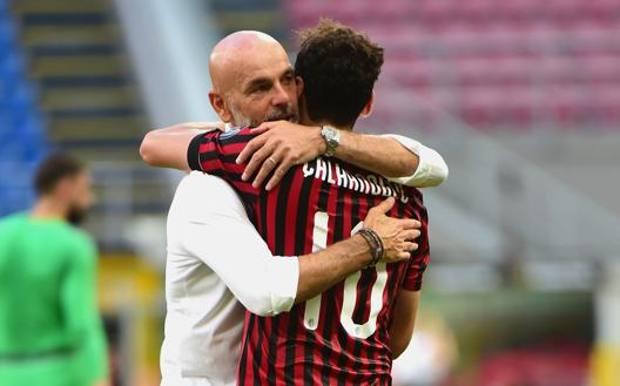 Stefano Pioli, 54, abbraccia Hakan Calhanoglu, 26. Getty