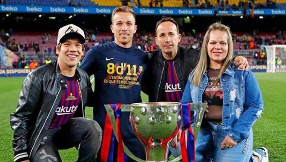 Da sinistra, Il fratello Paulo Henrique, Arthur, papà Ailton e mamma Lucia.