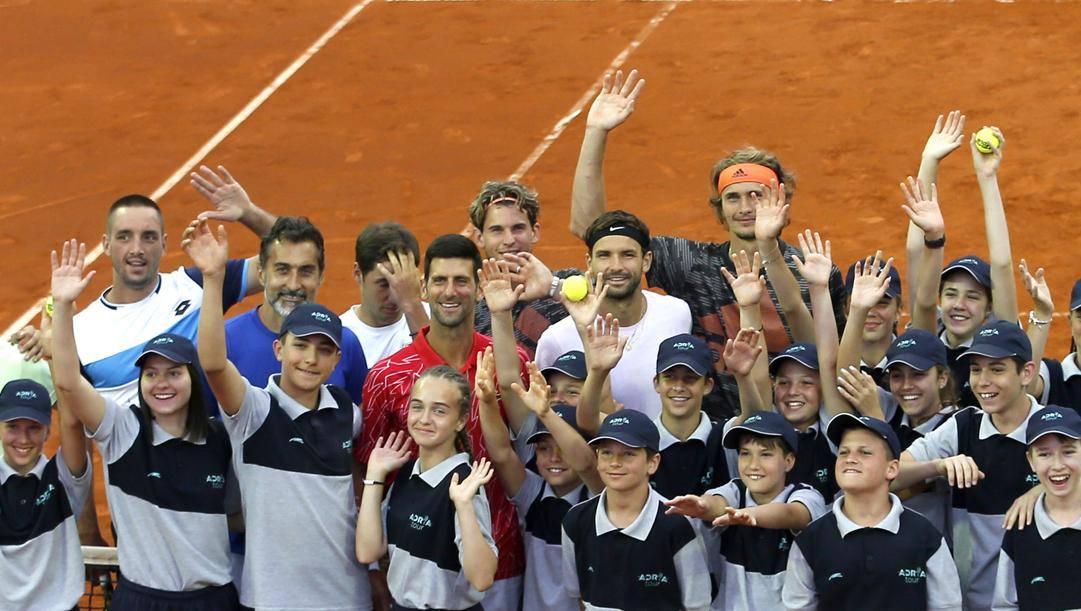 Novak Djokovic (in rosso) tra la folla all'Adria Tour AP