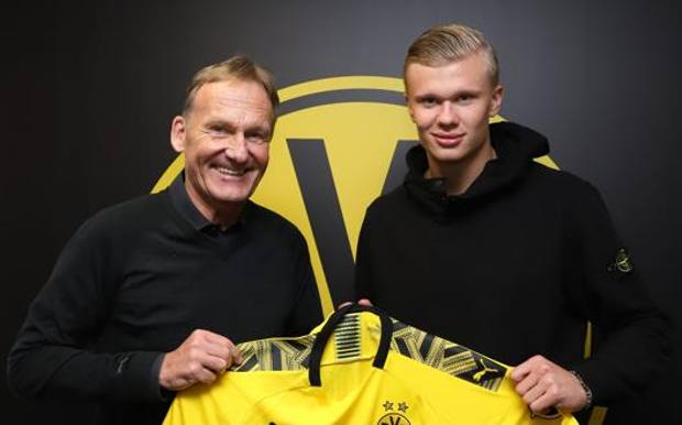 Il d.g. del Borussia Dortmund, Hans-Joachim Watzke, a sinistra, con Erling Haaland AFP