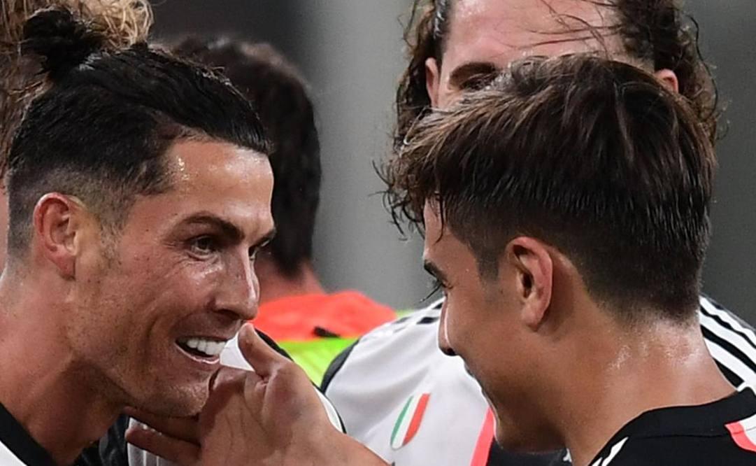 Ronaldo festeggia con Dybala. Afp