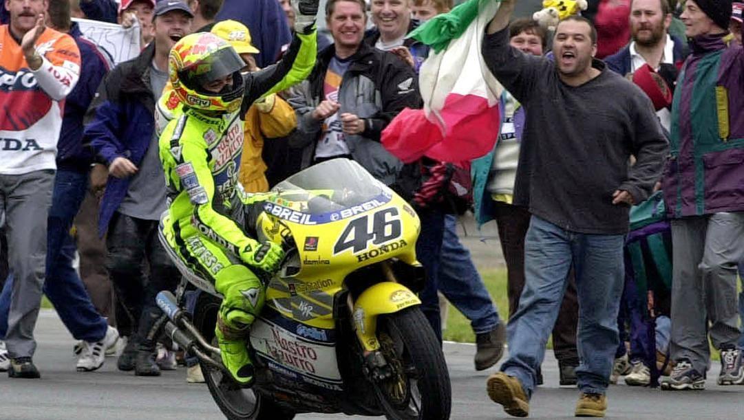 9 Luglio 2000: Valentino Rossi vince il GP di Gran Bretagna, primo trionfo in 500/MotoGP. Milagro