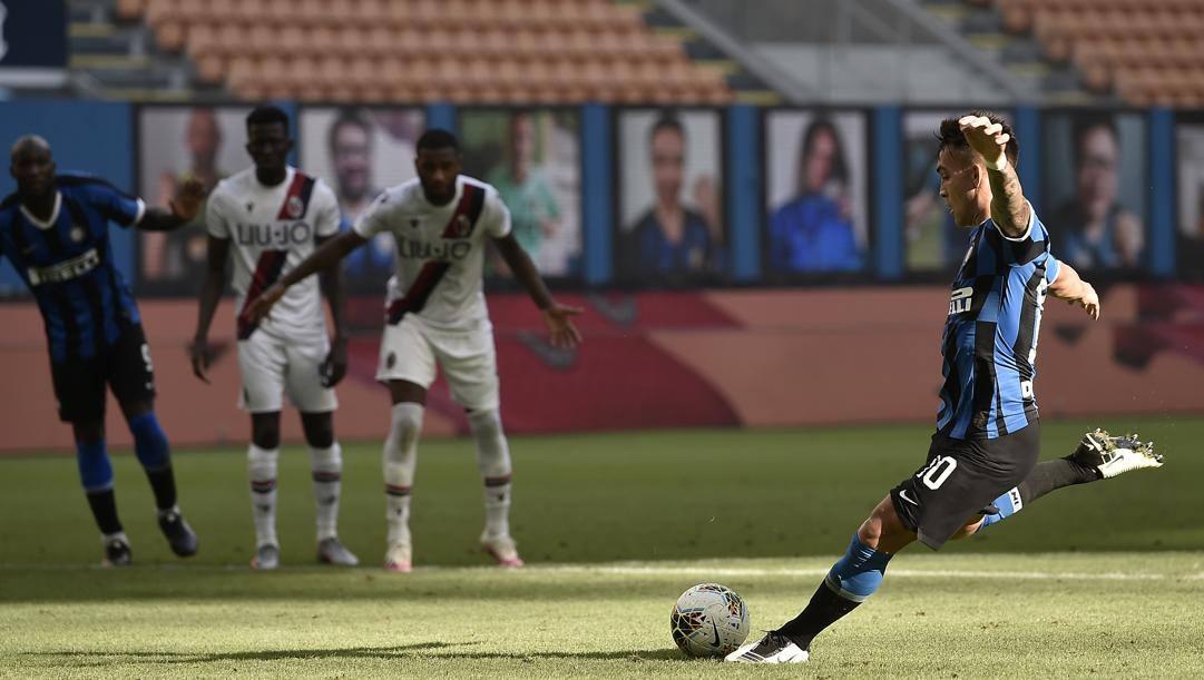Lautaro Martinez, 22 anni, calcia il rigore contro il Bologna