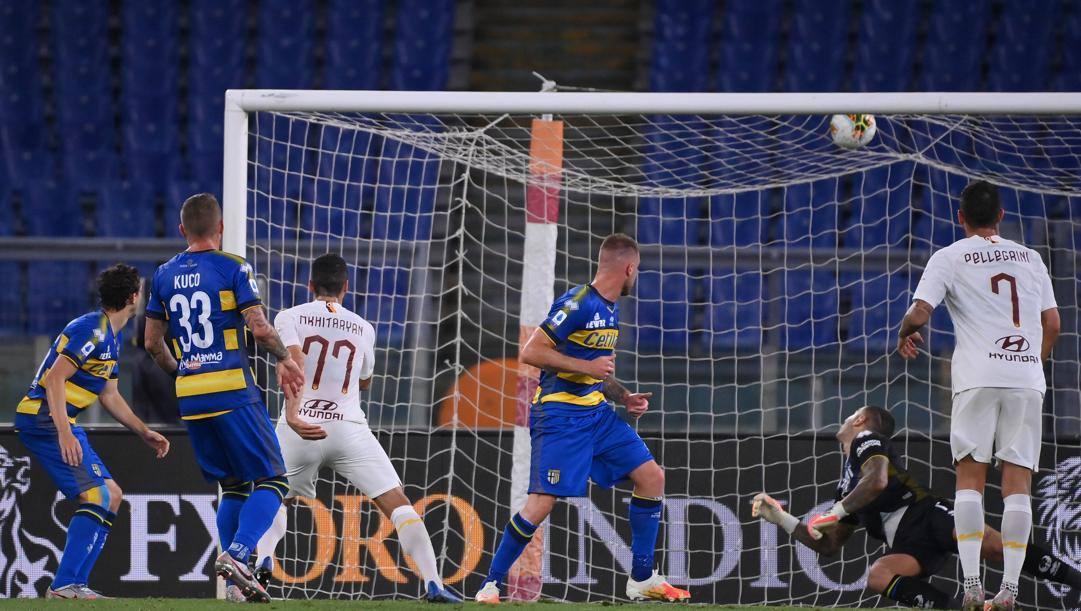 Il gol dell'1-1 di Mkhitaryan. LaPresse