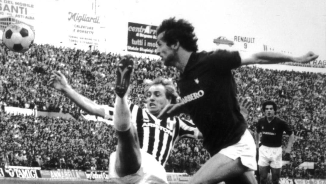 Beppe Dossena anticipa Bettega e segna il primo gol del Toro il 27 marzo 1983. Ap