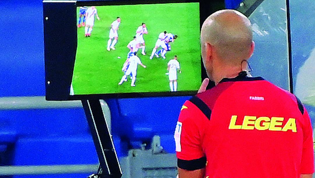 Michael Fabbri al monitor durante Roma-Parma.