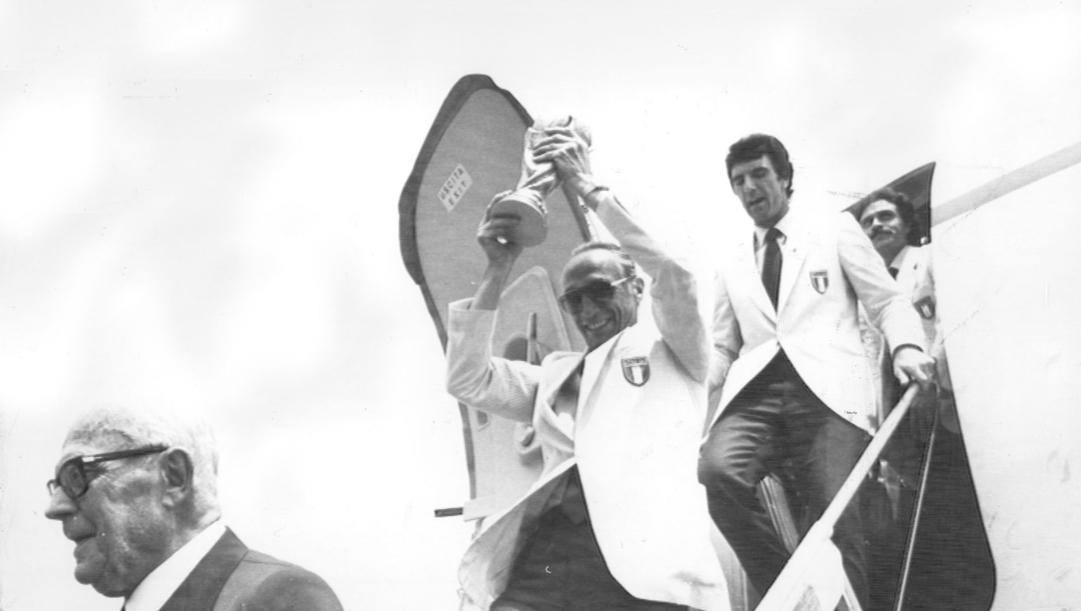 Enzo Bearzot con la Coppa del Mondo 1982. Davanti a lui il Presidente Pertini, dietro Zoff e Causio.Ansa