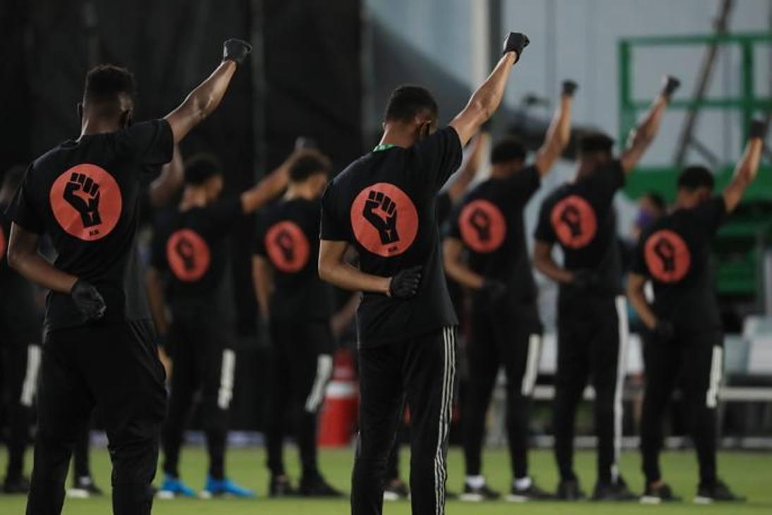 Prima di Orlando-Miami di Mls i giocatori hanno inscenato una protesta clamorosa, a sostegno del 'Black lives Matter' come tributo alla morte di George Floyd. I giocatori sono entrati in campo con un guanto nero, magliette nere con le scritte 'Black and Proud', 'Silente is Violence', 'Black All the Time'. Sulle mascherine c'era scritto 'Black Lives Matter'. Una volta in campo, i giocatori hanno formato un cerco alzando il pugno destro, ricordando la protesta di Tommie Smith e John Carlos alle Olimpiadi 1968 in Messico. Poi, prima di iniziare la partita, si sono anche inginocchiati.