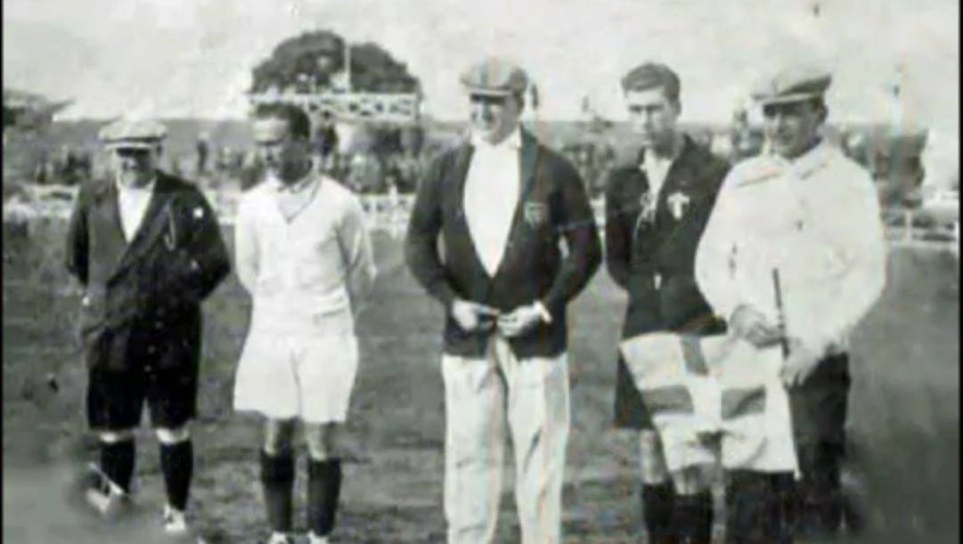 Uruguay 1930: da sin. il guardalinee Christophe; il capitano francese Villaplane, l'arbitro Lombardi, il messicano Gutierrez e l'assistente Rego