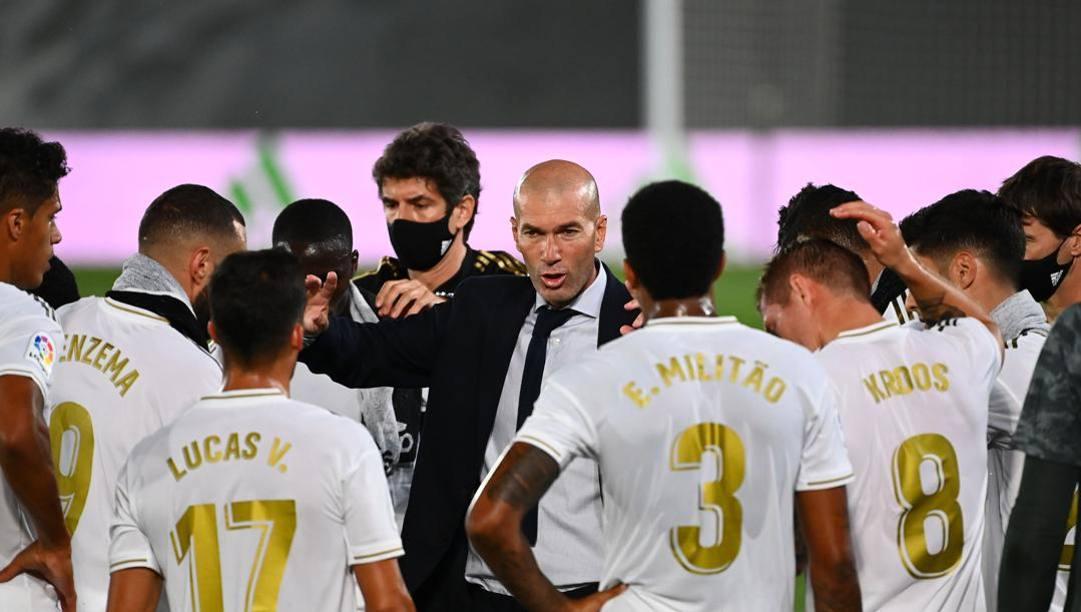 Zinedine Zidane con i giocatori del Real. Afp
