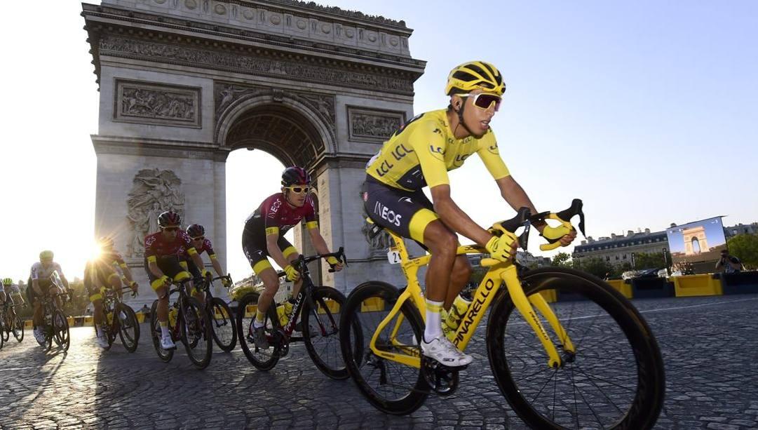 Egan Bernal in giallo a Parigi (Bettini)