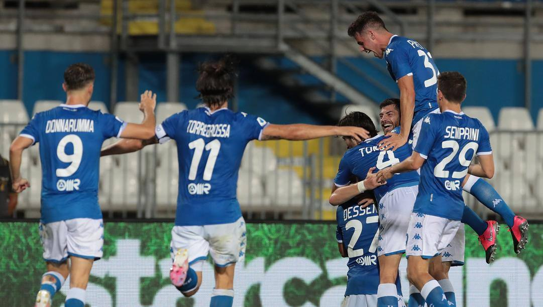 Il Brescia festeggia il gol della vittoria di Zmrhal nel recupero. Getty