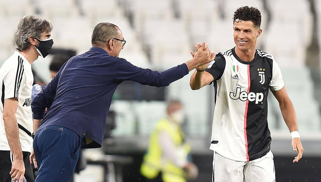 Sarri si congratula con Ronaldo dopo il 2-1 alla Lazio. Ansa