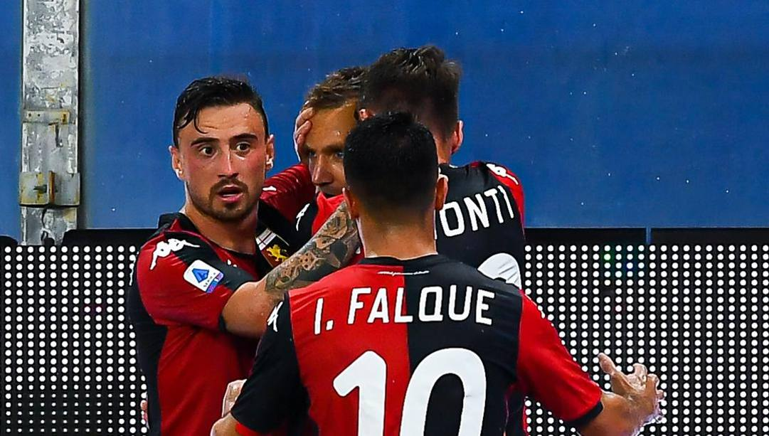 Jagiello abbraccia i compagni: successo d'oro per il Genoa. Getty Images