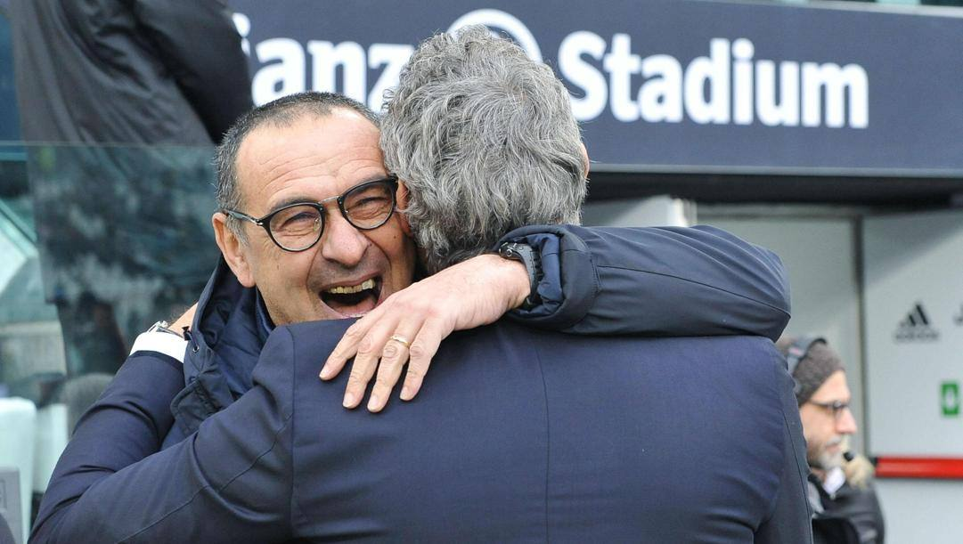 Abbraccio tra Maurizio Sarri e Luca Gotti nella sfida d'andata allo Stadium. Epa