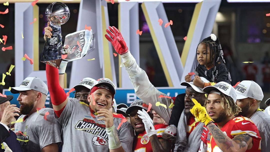 Pat Mahomes, quarterback di Kansas City, col Lombardy Trophy vinto a febbraio a Miami. Afp