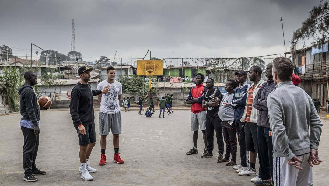 Bruno Cerella e Tommaso Marino in Africa. Foto Simone Raso per Slums Dunk Onlus