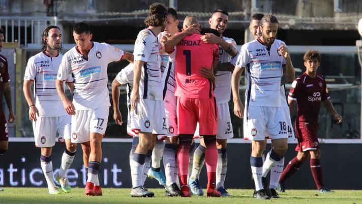 L'esultanza del Crotone dopo il gol dell'1-3 a Livorno. Lapresse
