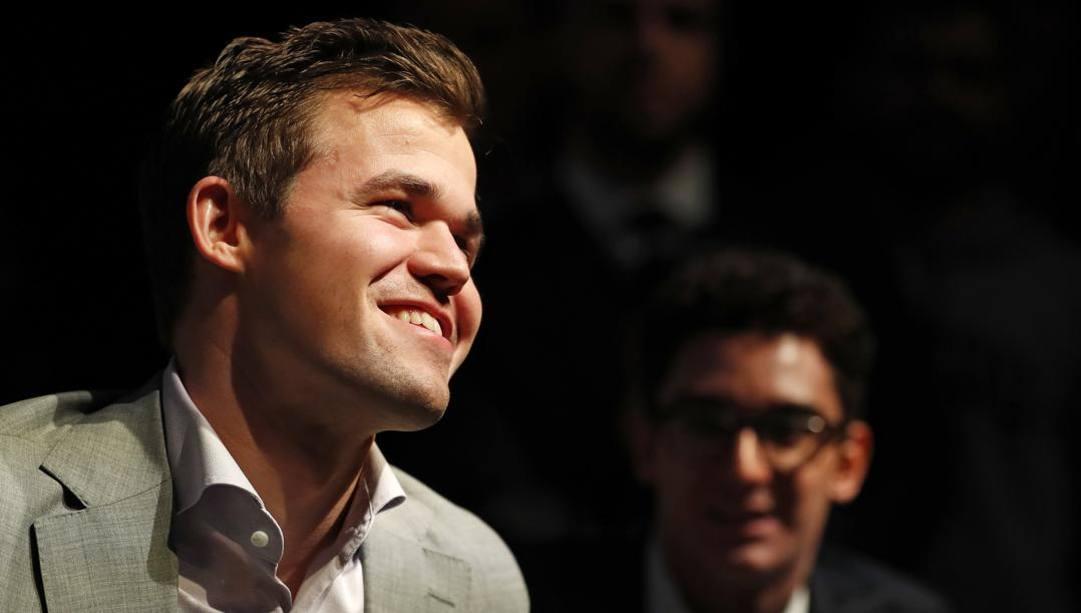 Magnus Carlsen, 30 anni, Sullo sfondo  l'ex azzurro Fabiano Caruana