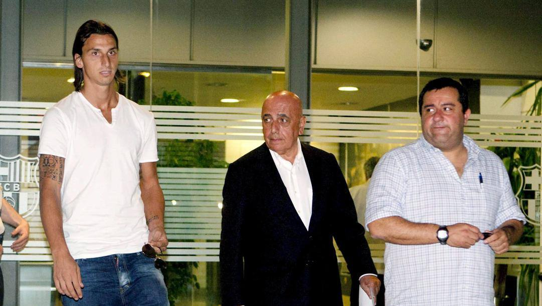 Agosto 2010: Zlatan Ibrahimovic, Adriano Galliani e Mino Raiola a Barcellona. Epa