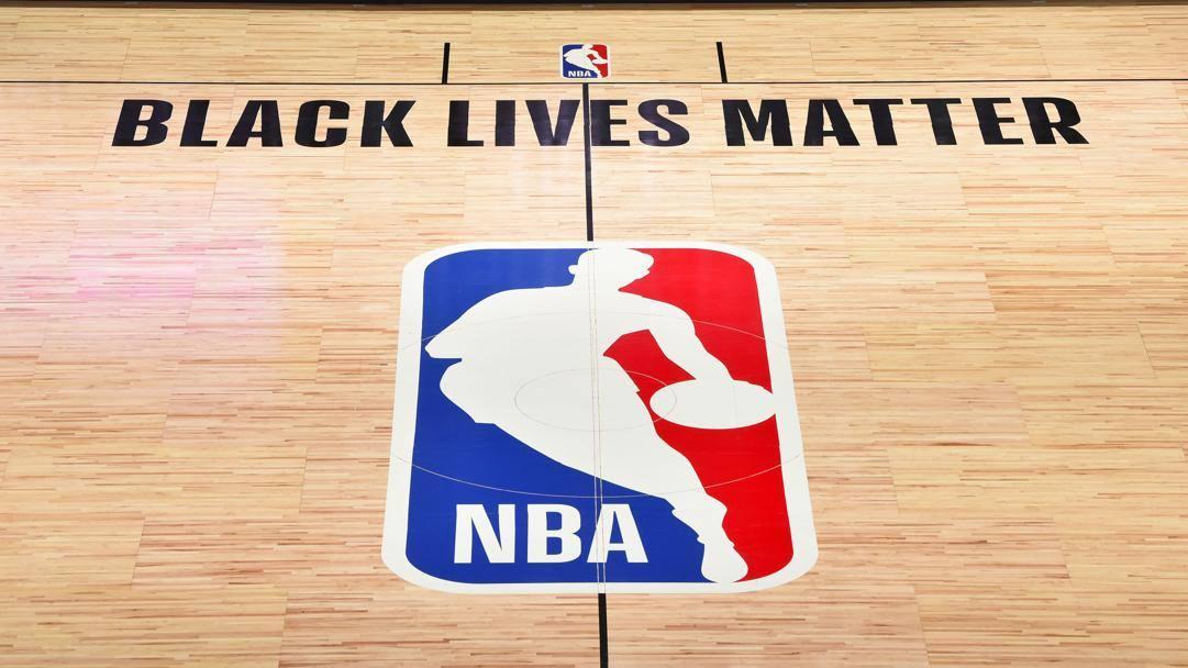 Il parquet di Disney World con la scritta Black Lives Matter scritta sopra il logo Nba