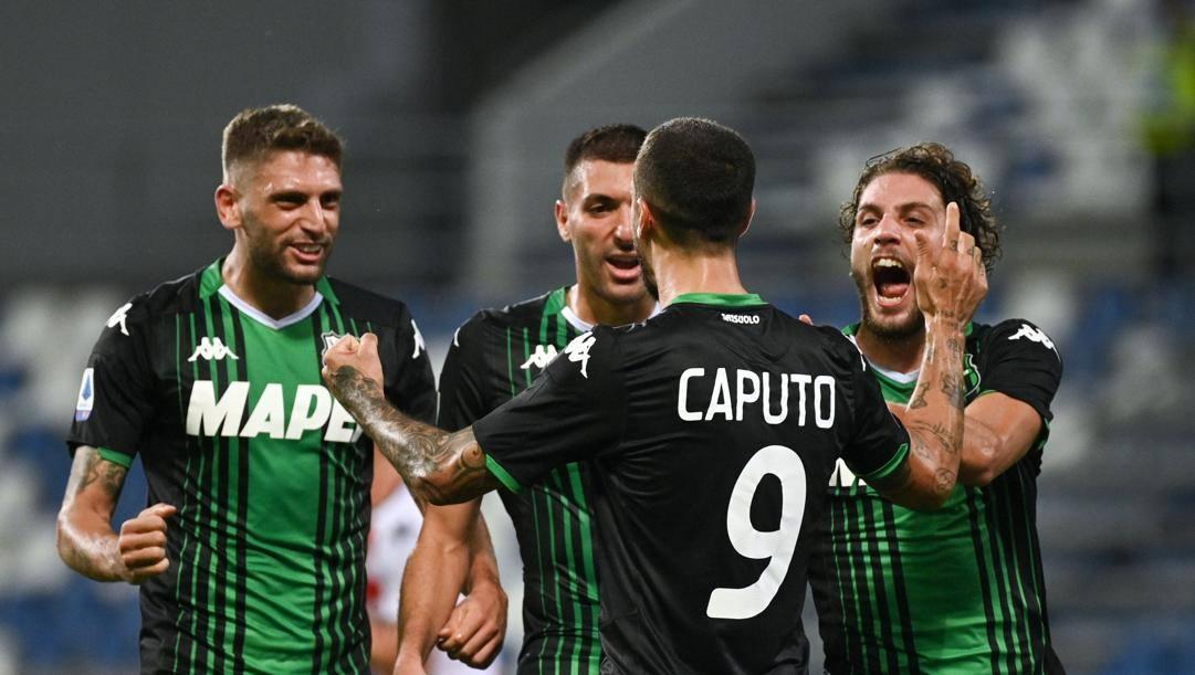 Caputo e Berardi festeggiano uno dei 5 gol rifilati al Genoa. LaPresse