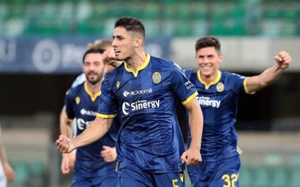 L'esultanza di Davide Faraoni, 28 anni, dopo il gol del 3-0. Ansa