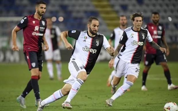 Gonzalo Higuain e Federico Bernardeschi nella partita contro il Cagliari GETTY IMAGES