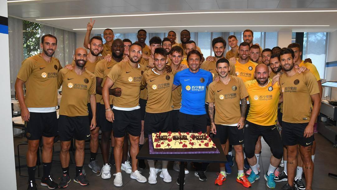 Antonio Conte festeggia il 51° compleanno con la squadra ad Appiano Gentile. Getty