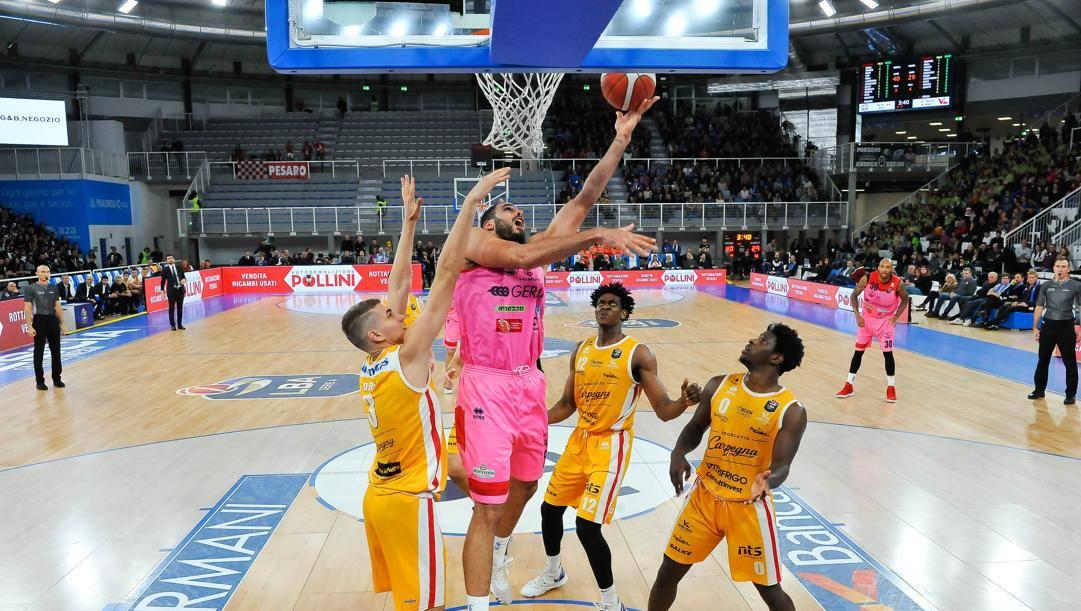 Tyler Cain, 32 anni, con Brescia anno contro Pesaro CIAM