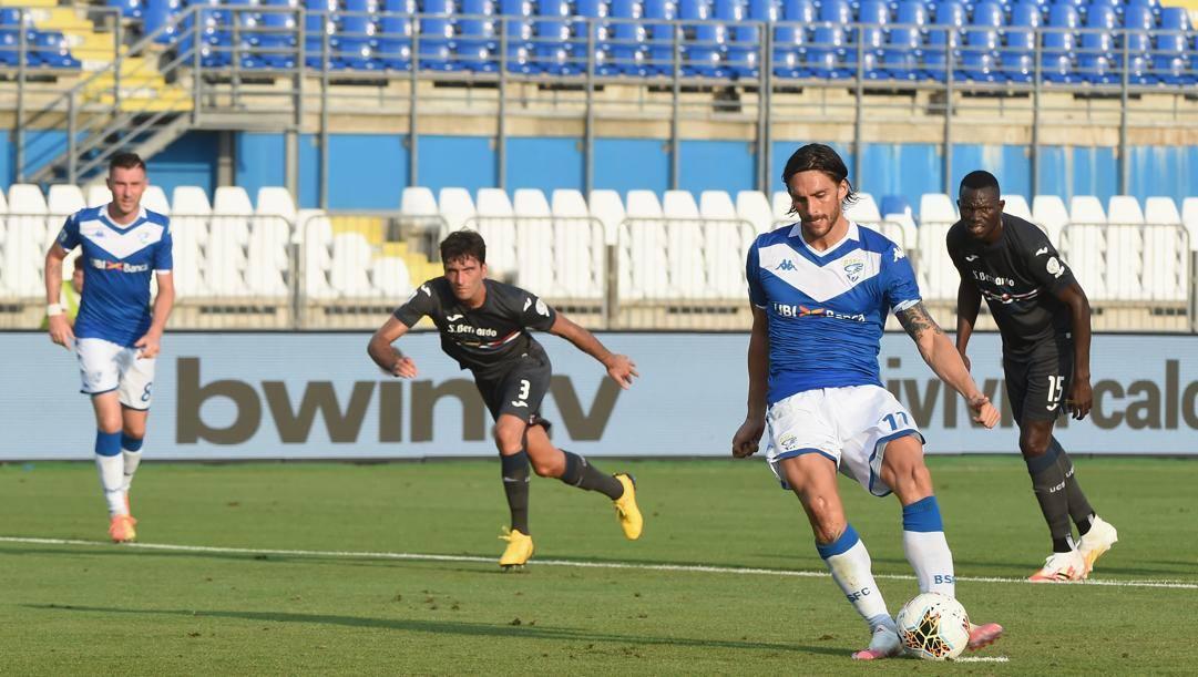 Ernesto Torregrossa, 28 anni, realizza dal dischetto il gol del pareggio per il Brescia. Getty