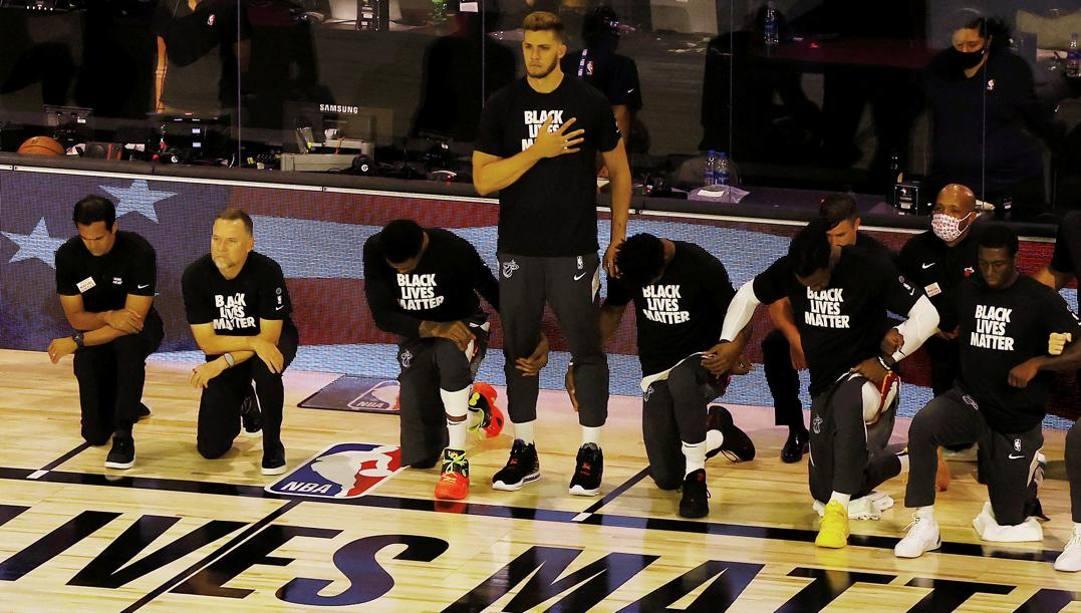 Meyers Leonard in piedi durante l'inno. Ap