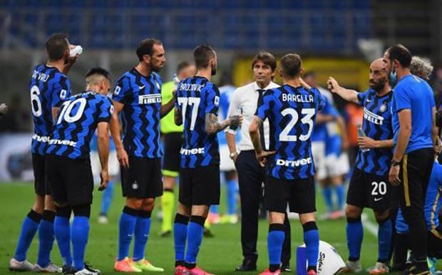 Antonio Conte, 51 anni, in mezzo ai suoi giocatori Getty