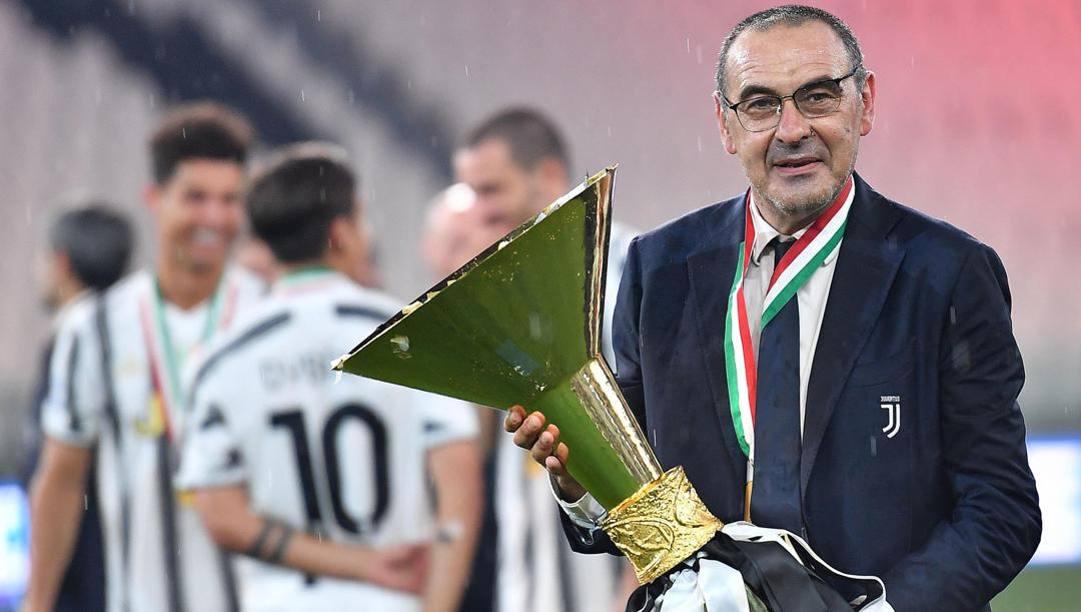 Maurizio Sarri con la coppa riservata alla squadra campione d'Italia. Ansa