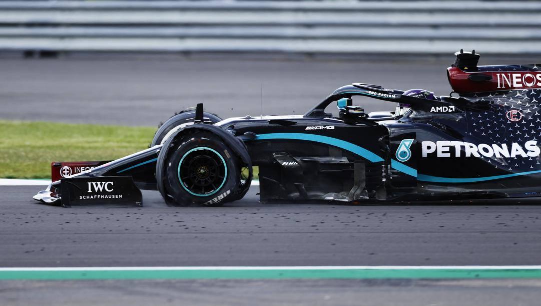 La Mercedes di Hamilton con una gomma a terra nell'ultimo giro. Getty