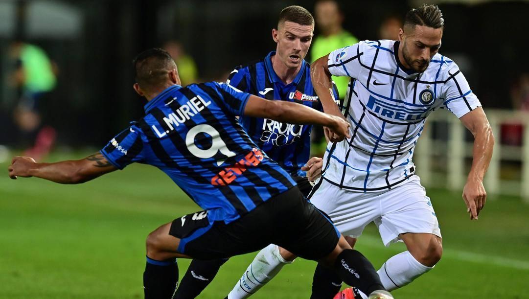 Luis Muriel e Danilo D'Ambrosio in azione durante Atalanta-Inter. Afp