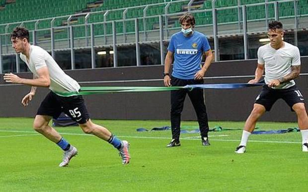 Alessandro Bastoni (Inter) scatta trattenuto da un elastico per aumentare l'intensità dello sforzo (Bozzani)