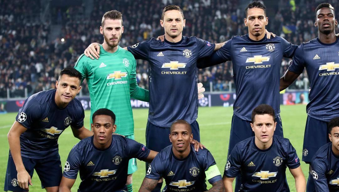 Sanchez, a sinistra, e Smalling, a destra, in maglia United. In basso c'è pure Young. Afp