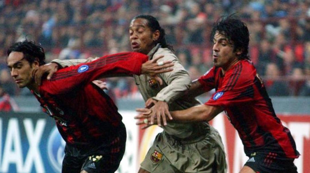 Gennaro Gattuso con Nesta e Ronaldinho in un Milan-Barcellona del 2004. Ap