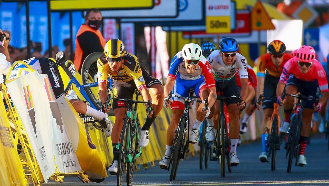 Fabio Jakobsen, sulla sinistra, vola nelle transenne durante la volata del Giro di Polonia. Bettini