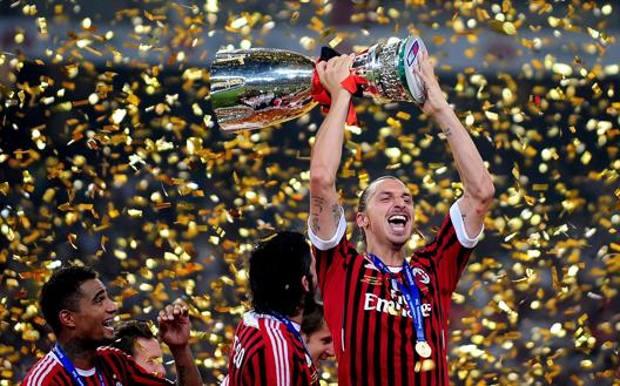 Zlatan Ibrahimovic alza al cielo la Supercoppa di Lega 2011. Afp