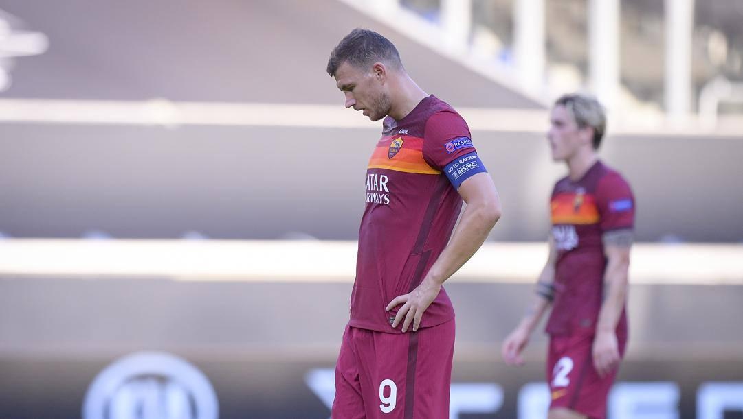 La delusione di Edin Dzeko e Nicolò Zaniolo dopo l'eliminazione della Roma. Lapresse