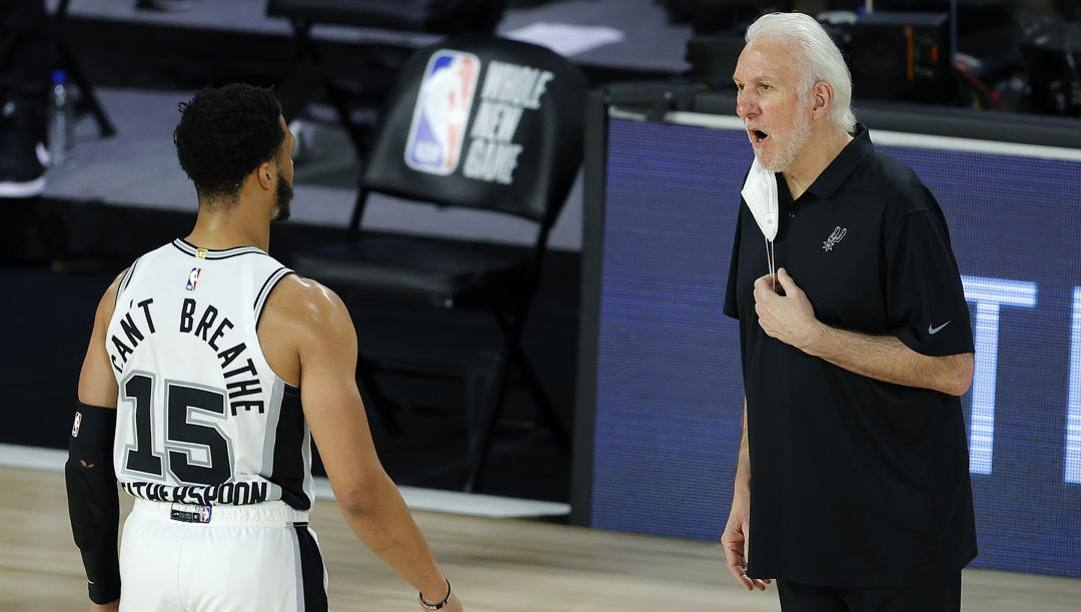 Quinndary Whiterspoon con Gregg Popovich. Afp