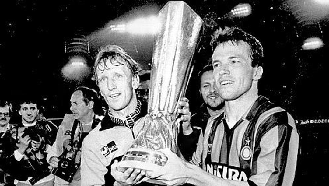 Brehme e Matthaeus con l'Uefa vinta nel 1991 dall'Inter