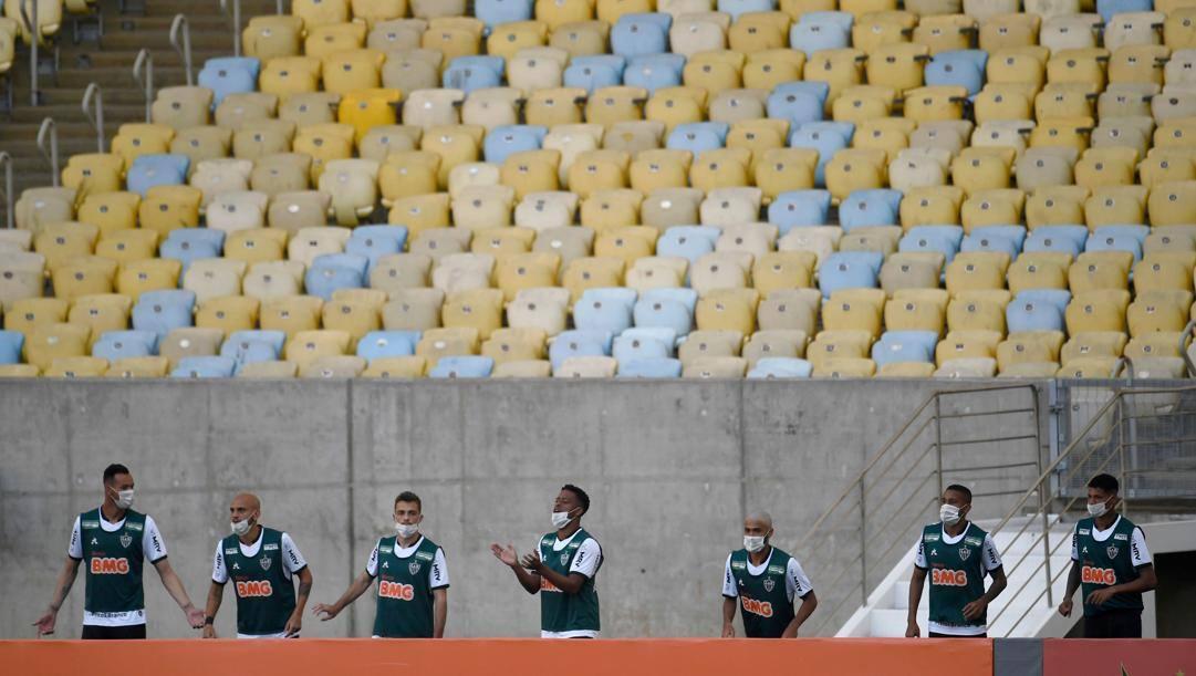 Il riscaldamento dei giocatori dell'Atletico Mineiro nel Maracanà vuoto contro il Flamengo. Afp
