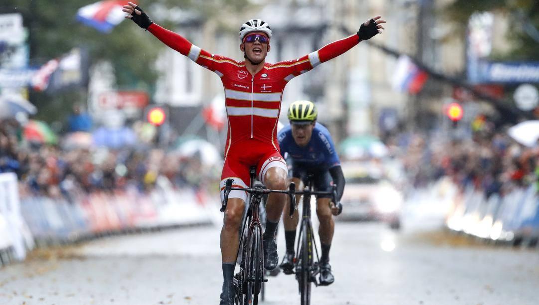 Mads Pedersen campione del mondo in carica. Bettini