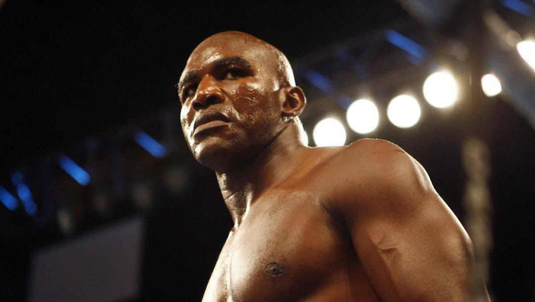 Evander Holyfield, 57 anni, in un match del 2006 contro Bates. Ap