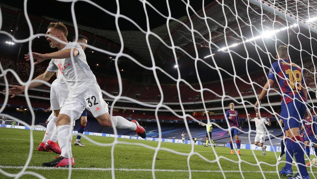 Joshua Kimmich festeggia dopo uno degli 8 gol segnati dal Bayern al Barcellona nei quarti. Lapresse