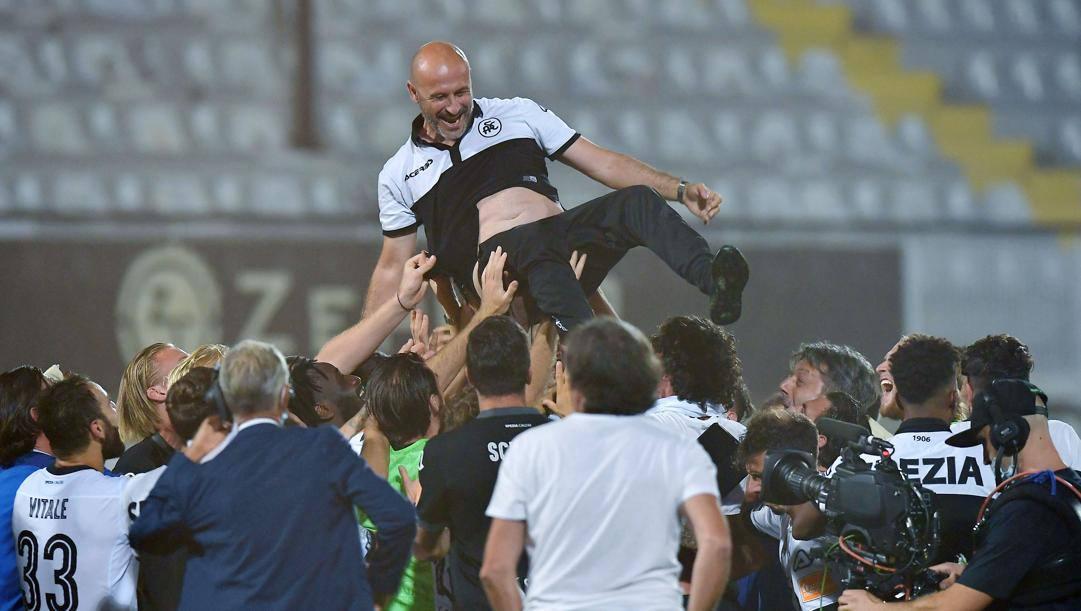 Il tecnico dello Spezia, Italiano, in trionfo. La Presse