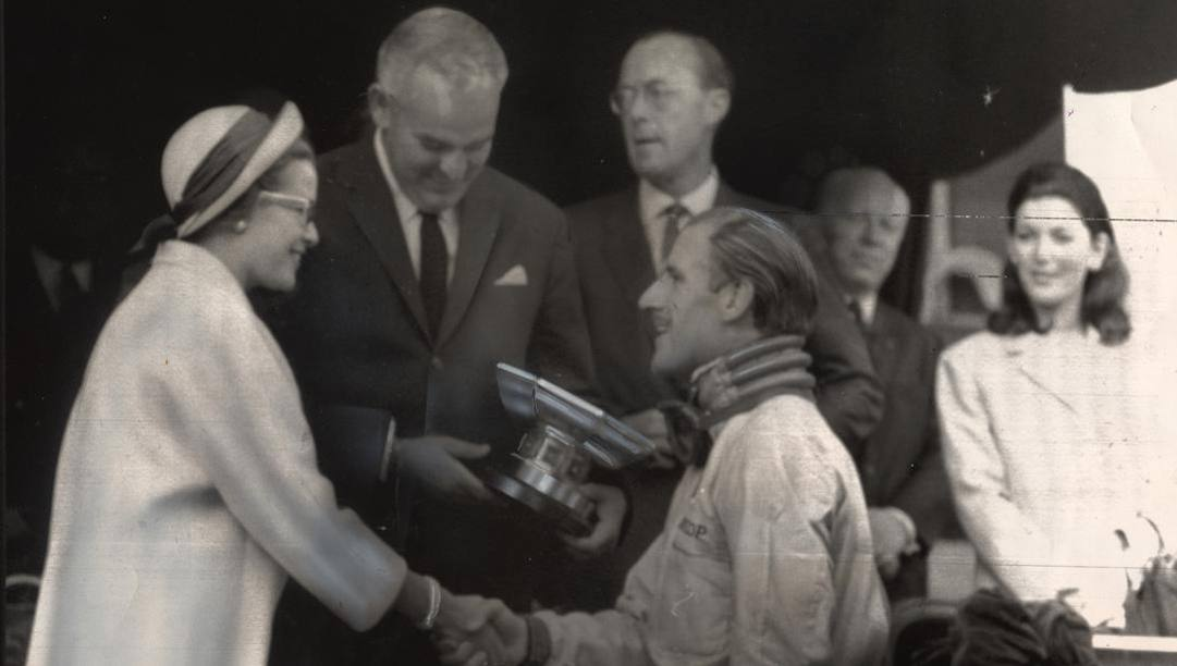 Grace Kelly, principessa di Monaco, premia Graham Hill per la vittoria nel GP Montecarlo di F.1 nel 1965. Ap